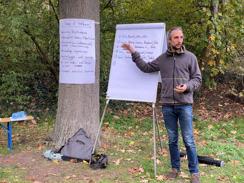 Slacklinerinnen und Slackliner aus Aschaffenburg, Darmstadt, Mainz, Wiesbaden, Frankfurt teilen sich zur Gründungsversammlung in Arbeitsgruppen auf